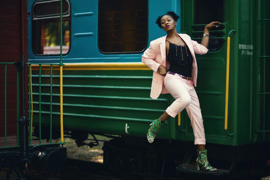 vrouw met boots bij een trein